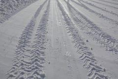Avtryck av ett lastbilgummihjul på den snöig vägen i vinter arkivbilder