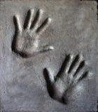 Avtrycken av mans och kvinnas hand i mortel arkivbilder