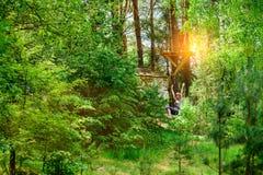Avventura che scala il parco dell'alto cavo Immagini Stock Libere da Diritti