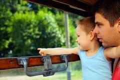 Avventura emozionante della famiglia in treno Immagine Stock