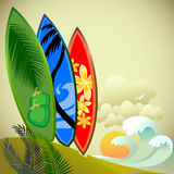Avventura praticante il surfing su un'isola tropicale Fotografia Stock Libera da Diritti