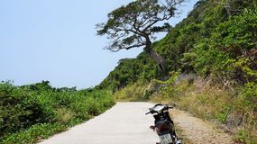 Avventura sola in montagna rocciosa in motocicletta immagini stock libere da diritti