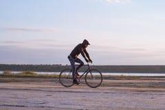 Avventura sulla bicicletta fissa dell'ingranaggio nel desrt fotografie stock