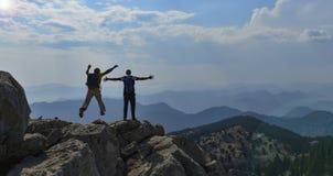 Avventuri il viaggio ed esplori la catena montuosa fotografie stock