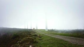 Avventuri il viaggio in montagne nel tempo spesso della nebbia di densità con gli amici archivi video