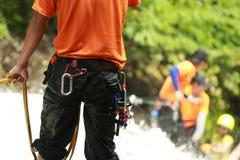 Avventuriere che scala in cascata in foresta pluviale Fotografia Stock