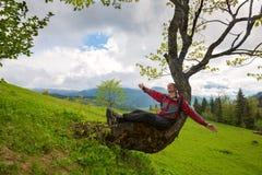 Avventuriere divertendosi durante il suo viaggio nelle montagne Fotografia Stock