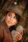 Avventuriere grazioso con la reliquia rubata Fotografie Stock