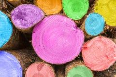 Avverkade journaler - som målas och staplas och att vänta för att väljas upp av den logga Industrien royaltyfria foton