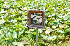 Avverta segnale di pericolo dentro il parco nazionale dei terreni paludosi di Florida, U.S.A. Immagini Stock