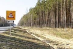Avvertimento del segnale stradale degli animali selvatici e della recinzione del recinto Fotografia Stock Libera da Diritti