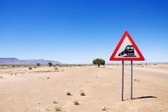 Avvertimento del segnale stradale - treni che attraversano la strada Fotografia Stock Libera da Diritti