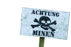 Avvertimento delle miniere il pericolo dell'esplosione Linea di difesa Base militare Iscrizione tedesca: immagine stock libera da diritti
