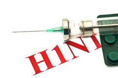 Avvertimento di malattia di INFLUENZA H1N1 dei maiali - pillole e siringa Immagine Stock Libera da Diritti