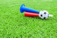 Avvertimento sonoro variopinto di calcio su erba verde Immagini Stock