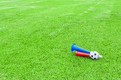 Avvertimento sonoro variopinto di calcio su erba verde Immagine Stock Libera da Diritti