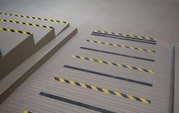 Avvertimento a strisce industriale di punto o della strada sulla rampa grigia per il handica Fotografie Stock