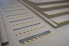Avvertimento a strisce industriale di punto o della strada sulla rampa grigia per il handica Fotografia Stock