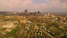 Avvicinamento del centro della tempesta dell'orizzonte di Cleveland di vista aerea archivi video