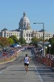 Avvicinamento del rivestimento di una maratona della 2011 città gemellare Immagini Stock
