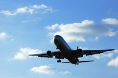 Avvicinamento dell'aeroplano Fotografie Stock Libere da Diritti