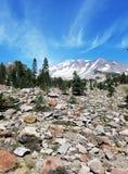 Avvicinamento della sommità del Mt misterioso Shasta con il grande campo di ghiaione della roccia in priorità alta Fotografie Stock