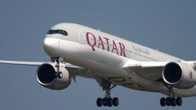 Avvicinamento di Qatar Airways Airbus A350 stock footage