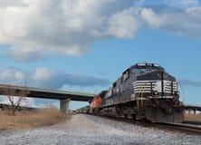 Avvicinamento lungo del treno Fotografie Stock