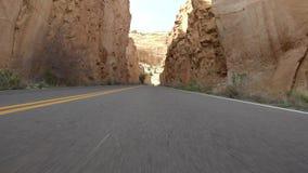 Avvicinandosi ad un tunnel in macchina sul monumento nazionale di Colorado video d archivio