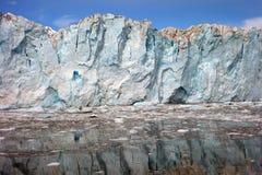 Avvicinandosi al fronte di un ghiacciaio al suono di principe William Immagini Stock