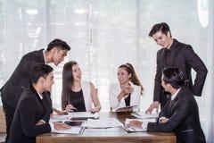 Avvii su, uomo d'affari del gruppo, donna asiatica di affari e riunione che spianano per comprare una certa proprietà come invest fotografie stock libere da diritti