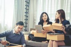 Avvii sui contenitori di imballaggio online del rivenditore del gruppo per spedire a Cu Fotografie Stock