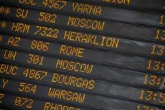Avvikelse-/ankomstbräde på den internationella flygplatsen arkivfoto