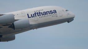 Avvikelse för Lufthansa flygbuss A380 arkivfilmer