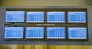 Avvikelse- och ankomstskärmar på flygplatsen DALLAS - TEXAS - APRIL 10, 2017 royaltyfri fotografi