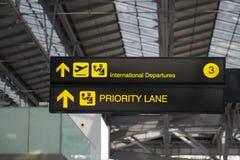 Avvikelse- och prioritetsgränden stiger ombord tecknet på den internationella flygplatsen fotografering för bildbyråer