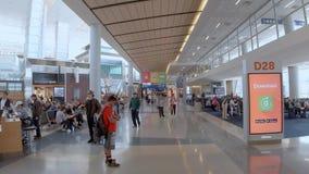 Avvikelseportar på Dallas Fort Worth Airport - DALLAS, USA - JUNI 20, 2019 lager videofilmer