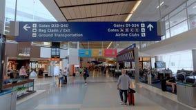 Avvikelseportar på Dallas Fort Worth Airport - DALLAS, USA - JUNI 20, 2019 stock video