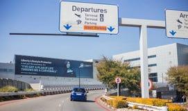 Avvikelser hänrycker till den internationella flygplatsen royaltyfria bilder