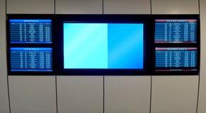 Avvikelser och ankomster för flygplatsterminal arkivbilder