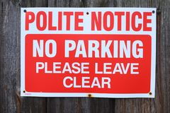 Avviso gentile Nessun parcheggio Vada prego chiaramente immagini stock