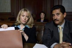 Avvocati in aula di tribunale fotografie stock libere da diritti