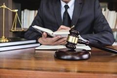 Avvocati legge, concetto della giustizia e di consiglio, del martelletto legali del giudice giustamente, consulente in vestito o  immagini stock