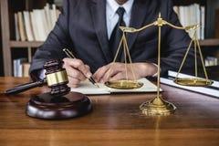 Avvocati legge, concetto della giustizia e di consiglio, del martelletto legali del giudice giustamente, consulente in vestito o  immagine stock