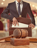 Avvocato caucasico in tribunale Fotografia Stock Libera da Diritti
