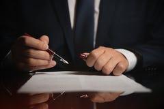 Avvocato, avvocato che firma un contratto fotografie stock