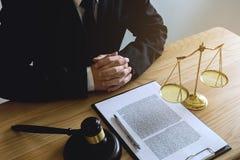 Avvocato che lavora alla tavola in ufficio l'avvocato del consulente, attorn immagini stock libere da diritti