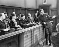 Avvocato che parla con giuria (tutte le persone rappresentate non sono vivente più lungo e nessuna proprietà esiste Garanzie del  immagine stock
