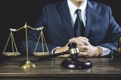 Avvocato del maschio o del consulente che lavora all'aula di tribunale che si siede alla tavola E fotografie stock