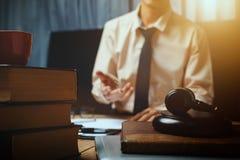 Avvocato di affari che lavora duro nel luogo di lavoro della scrivania con il libro Fotografia Stock
